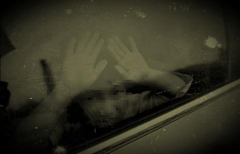 车上的小女孩